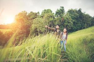 portret van een gelukkig jong koppel wandelen op een wandeltocht foto