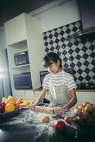 aantrekkelijk paar koken in de keuken thuis foto