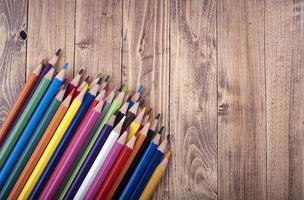houten kleurpotloden, op een houten sokkel. onderwijs en schoolconcept.