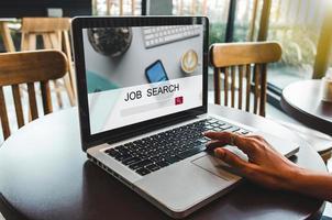 vrouwen die met een computer naar werk zoeken foto