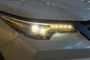 koplampen witte auto