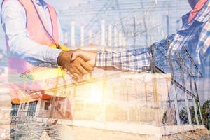 bouwvakkers handen schudden
