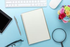 bovenaanzicht van een blauw bureau foto