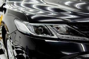 koplamp van een zwarte auto foto
