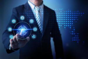 zakenman met behulp van virtuele realiteit