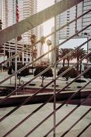 groene palmbomen in de buurt van wit betonnen gebouw overdag foto