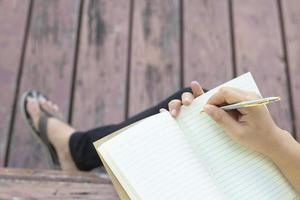 persoon die in een dagboek schrijft