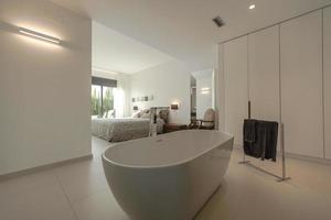 Alicante, Spanje, 2020 - Wit keramisch bad in de buurt van zwart textiel foto