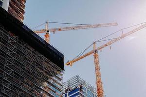 los angeles, ca, 2020 - gele kraan bij gebouw overdag foto