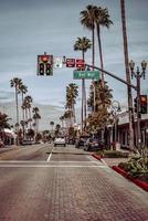 Laguna Beach, CA, 2020 - Verkeerslicht met rood licht op stopbord foto