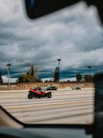 Californië, 2020 - rode en zwarte f-1-auto overdag op de weg