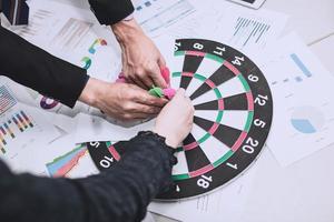 mensen met darts op een dartbord foto