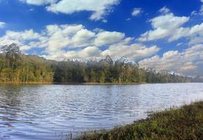 meer met blauwe lucht en wolken foto