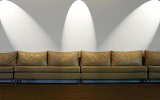 bank op witte muur met verlichting