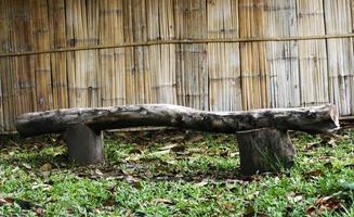 bank gemaakt van oud hout foto