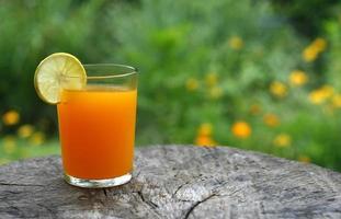 sinaasappelsap op tafel foto