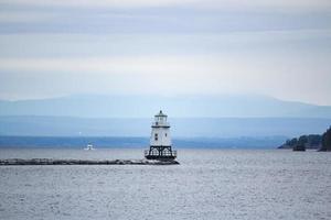 witte vuurtoren op zee foto