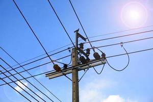telefoonlijnen in een blauwe lucht foto