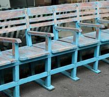 houten stoelen op een rij