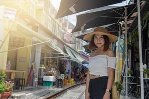 meisje poseren op een openluchtmarkt foto