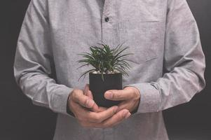 hand met een bloempot