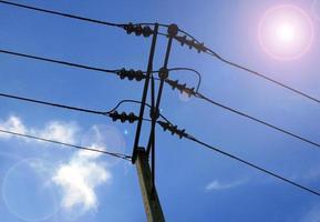 elektrische kabel op betonnen paal foto