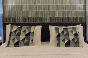 de kussens in een hotelkamer
