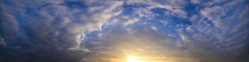 wolken aan de hemel bij zonsondergang