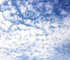 blauwe lucht en wolken achtergrond foto