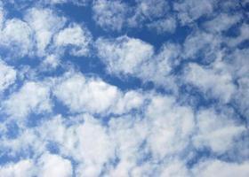 blauwe lucht en wolken overdag foto