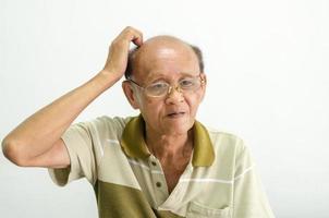 oude man die zijn hoofd krabt