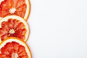 bovenaanzicht van gedroogde grapefruit plakjes geïsoleerd op een witte achtergrond met kopie ruimte