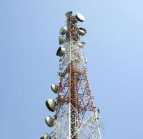 telecommunicatie radioantenne en satelliettoren met blauwe hemel foto