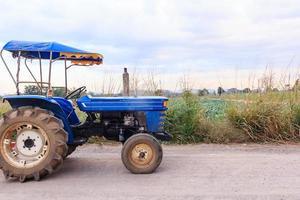 e-taen-voertuig of landbouwtractor op het platteland met een groen landschap van biologische groenteboerderijen, landbouwvoertuigen foto