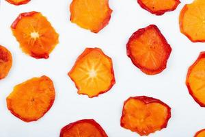 bovenaanzicht van gedroogde persimmon plakjes geïsoleerd op een witte achtergrond