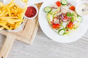 salade en frietjes foto