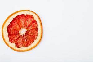 bovenaanzicht van gedroogde grapefruit segment geïsoleerd op een witte achtergrond met kopie ruimte