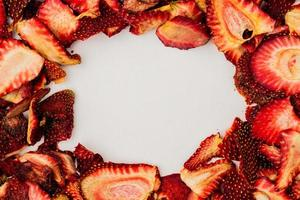 bovenaanzicht van gedroogde aardbeienplakken gerangschikt in een frame