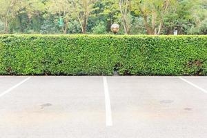 lege parkeerplaats buiten in openbaar park. foto