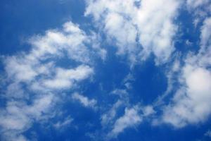 witte wolken tegen blauwe hemel foto
