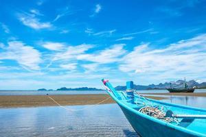 blauwe boot en zee in de zomer foto