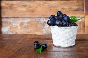 zwarte druiven in een mand foto
