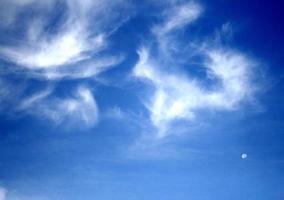 piekerige wolken in de blauwe lucht foto
