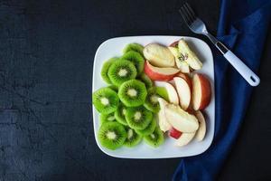 gemengd fruit op een bord foto
