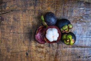 bovenaanzicht van mangosteenvrucht op een houten tafel