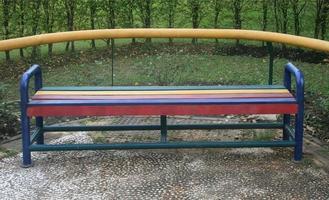 kleurrijke parkbank foto