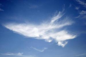 piekerige witte wolk foto