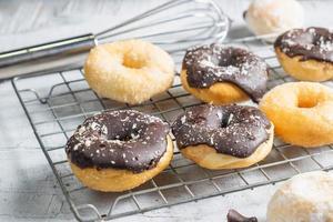 donuts op koelrek foto