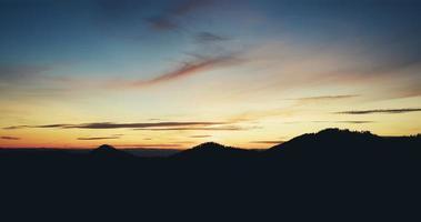 oranje en blauwe zonsondergang foto