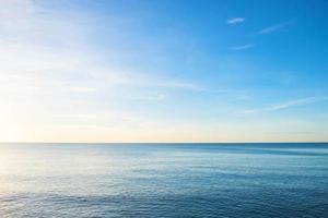 blauw water en lucht gedurende de dag foto